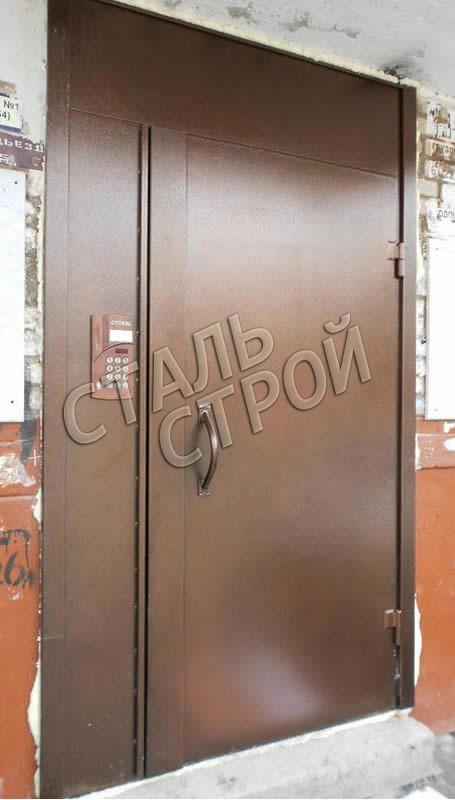 большая железная дверь с домофоном